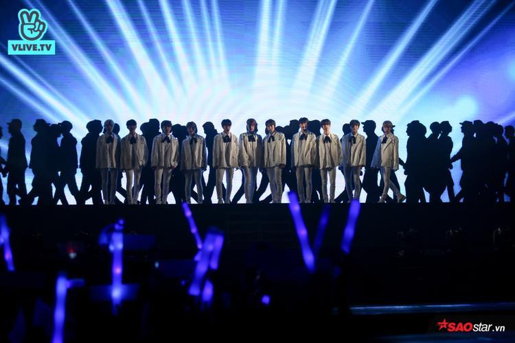 11 chàng trai The Boyz mang tới sân khấu đậm chất Hàn Quốc với những bài hát sôi động, vũ đạo bắt mắt.