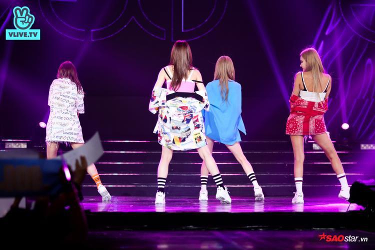 Girlgroup này tranh thủ khoe lưng trần quyến rũ khi thực hiện vũ đạo DDD.