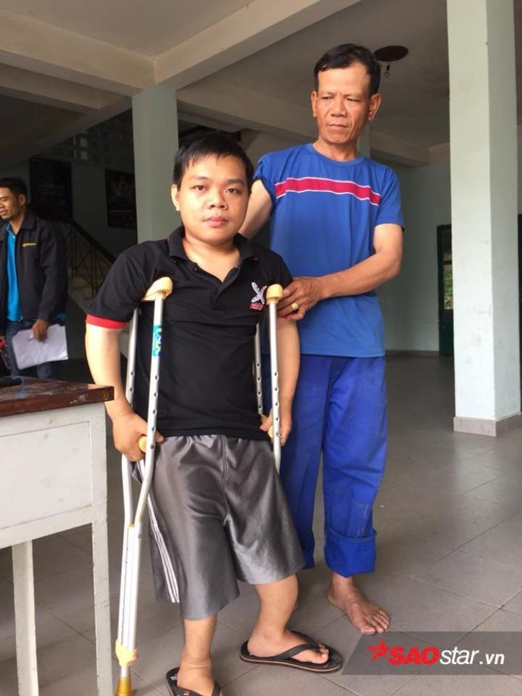 Chú Nguyễn Thanh Tòng (áo xanh, cha của Quân) theo Quân lên Sài Gòn để tiện việc chăm sóc, đưa đón cậu bạn đi học.