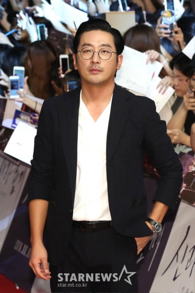 Thảm đỏ Thử thách thần chết 2: Chưa kịp rụng tim trước vẻ đẹp của dàn nam chính đã phải cạn lời với thời trang của Joo Ji Hoon