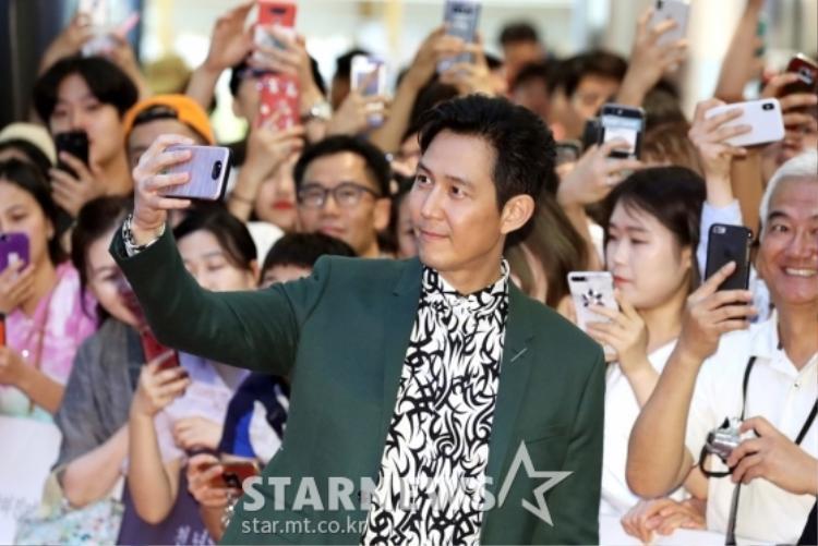 """Chủ tịch Lee Jung Jae của công ty giải trí Artist """"bảnh"""" mọi khoảnh khắc. Người hâm mộ tự hỏi không biết đến khi nào """"tài tử"""" điển trai mới chịu """"yên bề gia thất""""?"""