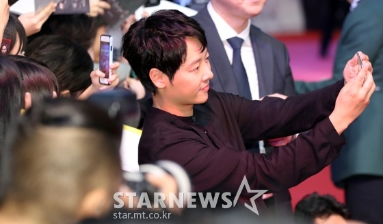 Ôi…..sao góc nghiêng giống Song Joong Ki thế này.