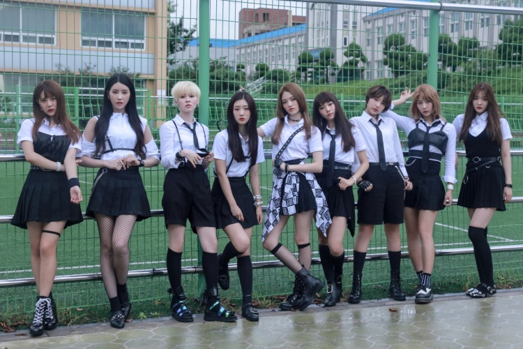"""Ngày 9/8, DIA sẽ """"thả xích"""" sản phẩm âm nhạc mới được sản xuất bởi """"cỗ máy tạo hit"""" Shisadong Tiger. Đây cũng là lần đầu nhóm trở lại sau khi thành viên EunJin (ngoài cùng bên phải) rời đi vì lí do sức khỏe."""
