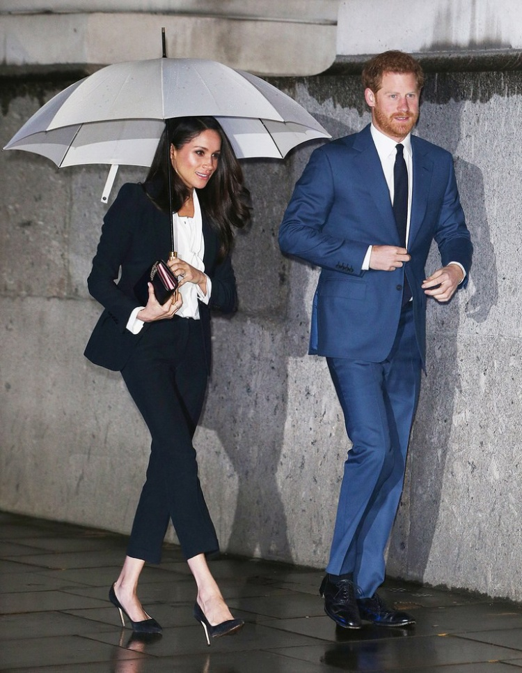 Dù ít khi can thiệp vào việc ăn mặc của vợ, nhưng hoàng tử Harry đã nhắc nhở Meghan về thói quen mặc suite của cô.