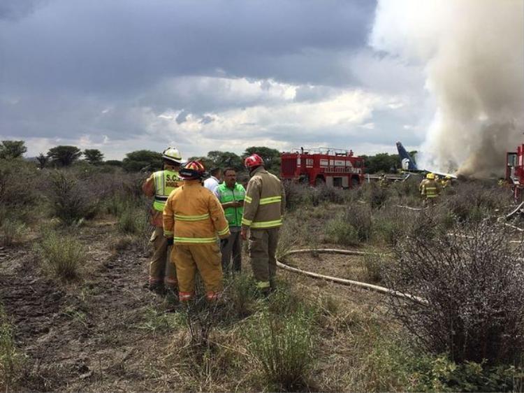 Cứu hỏa có mặt tại hiện trường xử lý đám cháy sau tai nạn của máy bay chở 101 người. Ảnh: PA