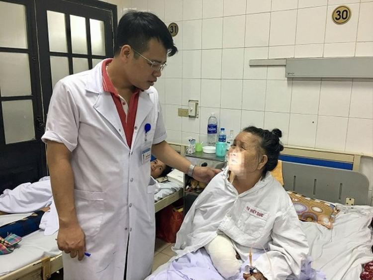 Sau phẫu thuật cánh tay, cụ bà bị chó cắn sẽ phải nằm điều trị thêm 2, 3 ngày nữa. Ảnh: An ninh Thủ đô.
