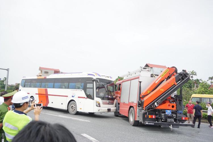 Khi di chuyển ngược chiều trên cao tốc để đến địa điểm xảy ra tai nạn, xe cứu hỏa không may bị một ôtô khách 38 chỗ tông trực diện. Hậu quả vụ tai nạn làm chiến sĩ Chử Văn Khánh (25 tuổi, cán bộ đội Cảnh sát PC&CC số 12) tử vong, nhiều người khác bị thương, không nguy hiểm đến tính mạng.