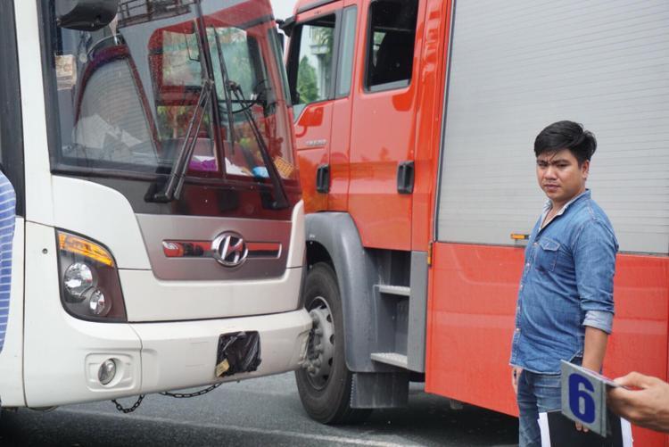 Vị trí xác định xe khách đâm vào hông xe cứu hoả.