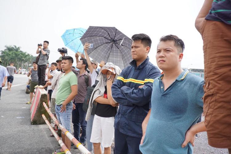 Rất đông người dân theo dõi lực lượng chức năng dựng lại hiện trường.