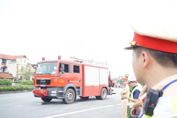 Trước đó, khoảng 16h30 ngày 18/3, nhận thông tin về vụ tai nạn nghiêm trọng giữa ôtô chở khách 16 chỗ với ôtô tải trên cao tốc Pháp Vân (đoạn qua địa phận xã Vạn Điểm, huyện Thường Tín, Hà Nội), Phòng cảnh sát PCCC số 12 đã điều một xe cứu hỏa cùng nhiều cán bộ chiến sĩ đến hiện trường cứu hộ những người bị thương, mắc kẹt trong ôtô khách 16 chỗ.