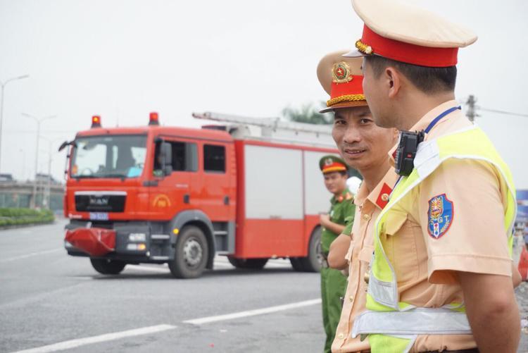 Chiếc xe cứu hoả được điều động đến hiện trường tái hiện lại vụ tai nạn. Dọc cao tốc đoạn qua địa bàn xã Hà Hồi, huyện Thường Tín hướng về trung tâm Hà Nội tạm thời được công an phân luồng đi vào quốc lộ 1A cũ.