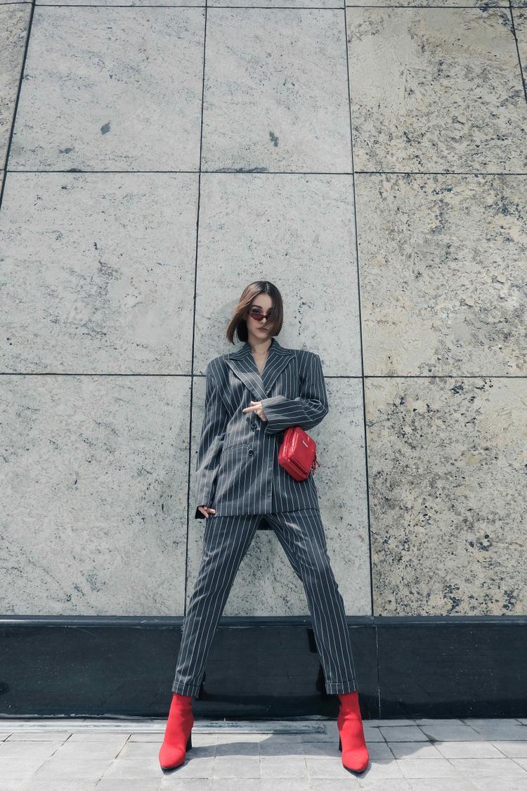 Diện những bộ suit freesize, Mlee trông cực kỳ sang chảnh, cá tính khi kết hợp cùng mẫu túi fanny pack làm điểm nhấn.
