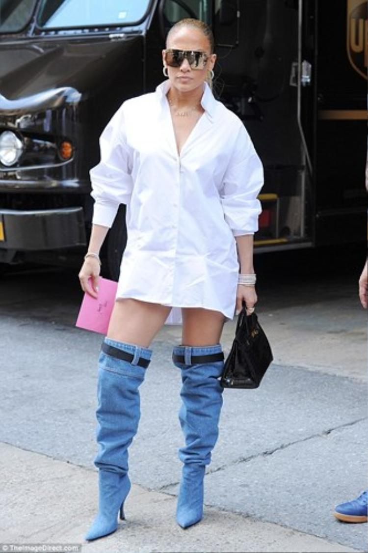 Cô nàng còn không quên nhấn nhá thêm chiếc túi xách Hermes đắt giá để tăng phần thời trang cho set đồ.