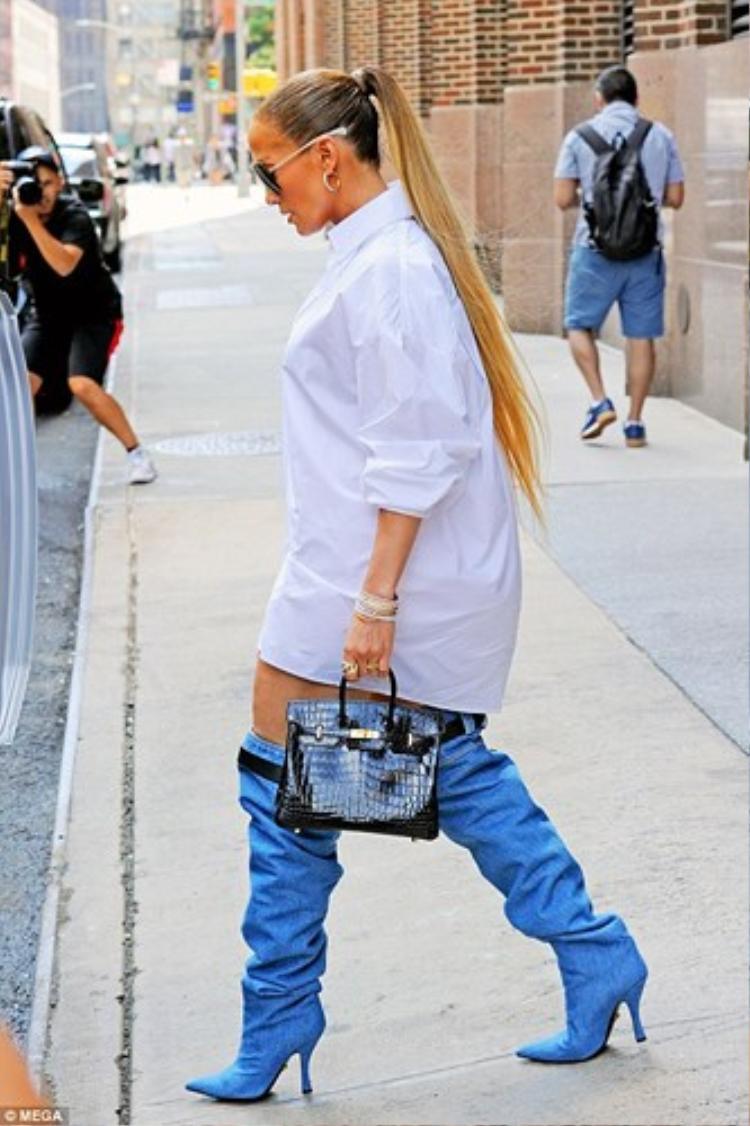 Nữ ca sỹ cột tóc đuôi ngựa cao vô cùng năng động trẻ trung. Nhìn hình ảnh này ai có thể nghĩ cô nàng đã 49 tuổi.
