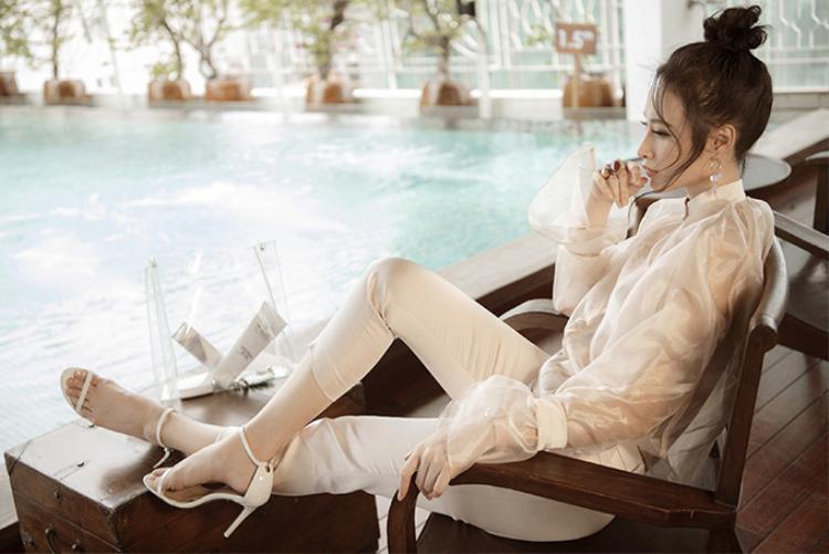 Nữ diễn viên phối áo cùng với quần tây form đứng thanh lịch và giày cao hót 2 dây tiệp màu vô cùng tinh tế.