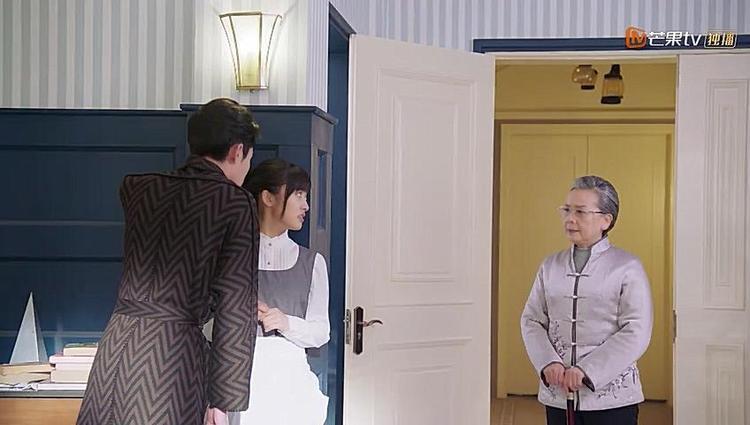 Trong lúc cả hai đang trò chuyện thì thím Ngọc bước vào.