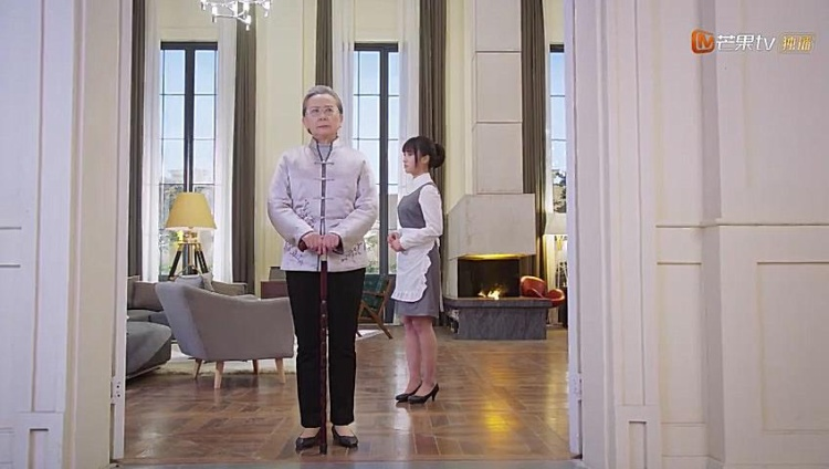 Bà nghiêm khắc dạy dỗ Sam Thái về quy tắc tại gia đình Đạo Minh Tự, cô ngoan ngoãn nghe theo.