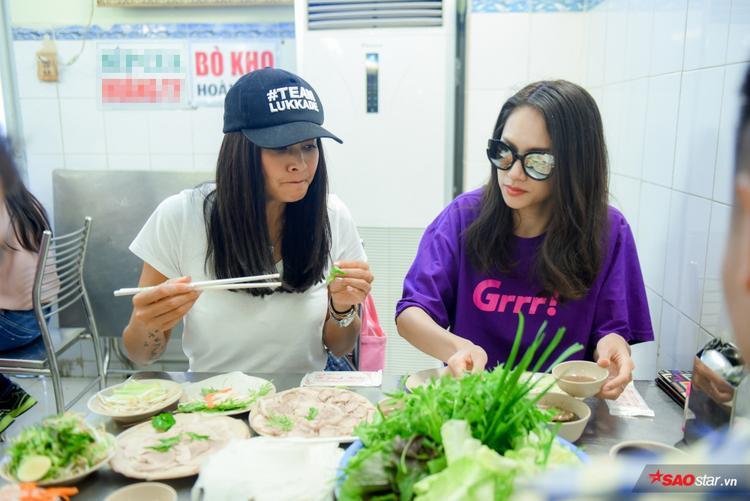 Biểu cảm đáng yêu của P'Kade khi nếm thử món ăn đậm hương vị Việt.
