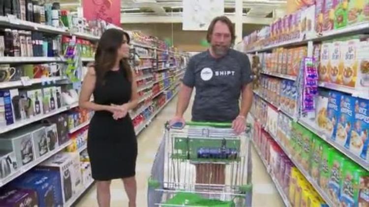 Ông Hennessey hàng ngày sẽ đi chợ theo danh sách được khách hàng liệt kê trên ứng dụng Shipt. Ảnh:WPTV
