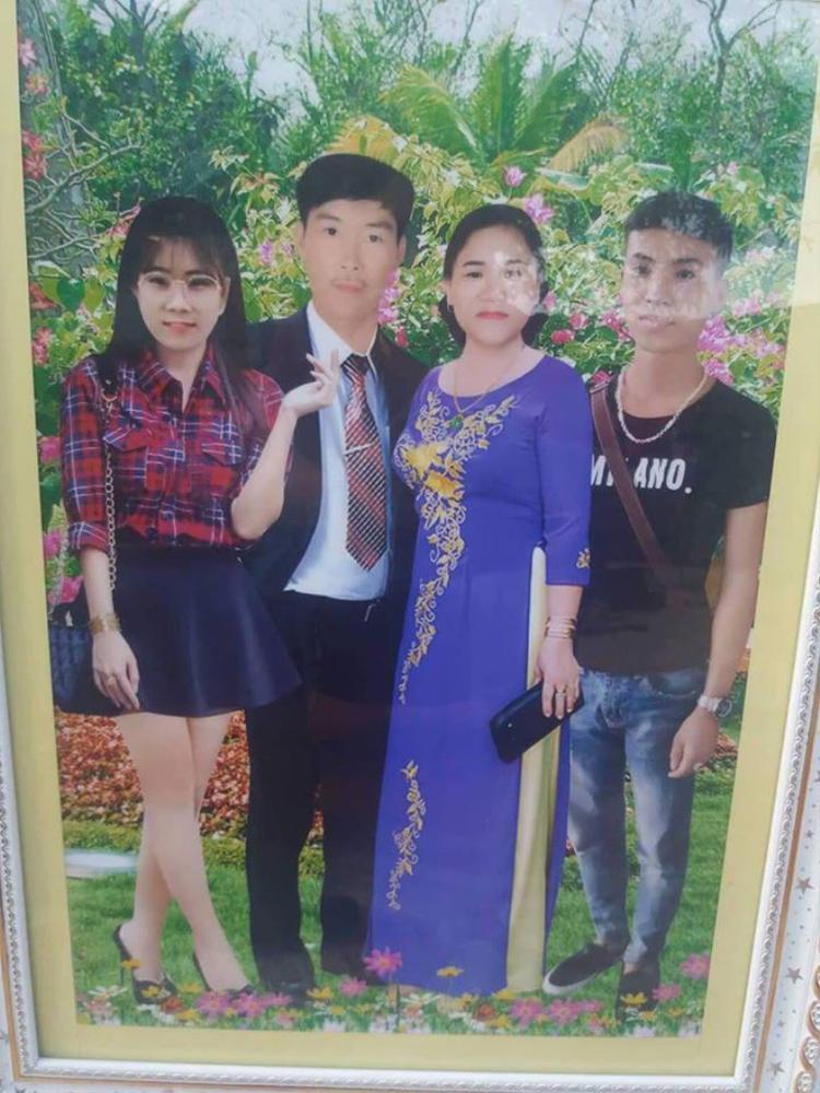 Cận cảnh khung hình gia đình trông giống như ảnh vẽ chibi.
