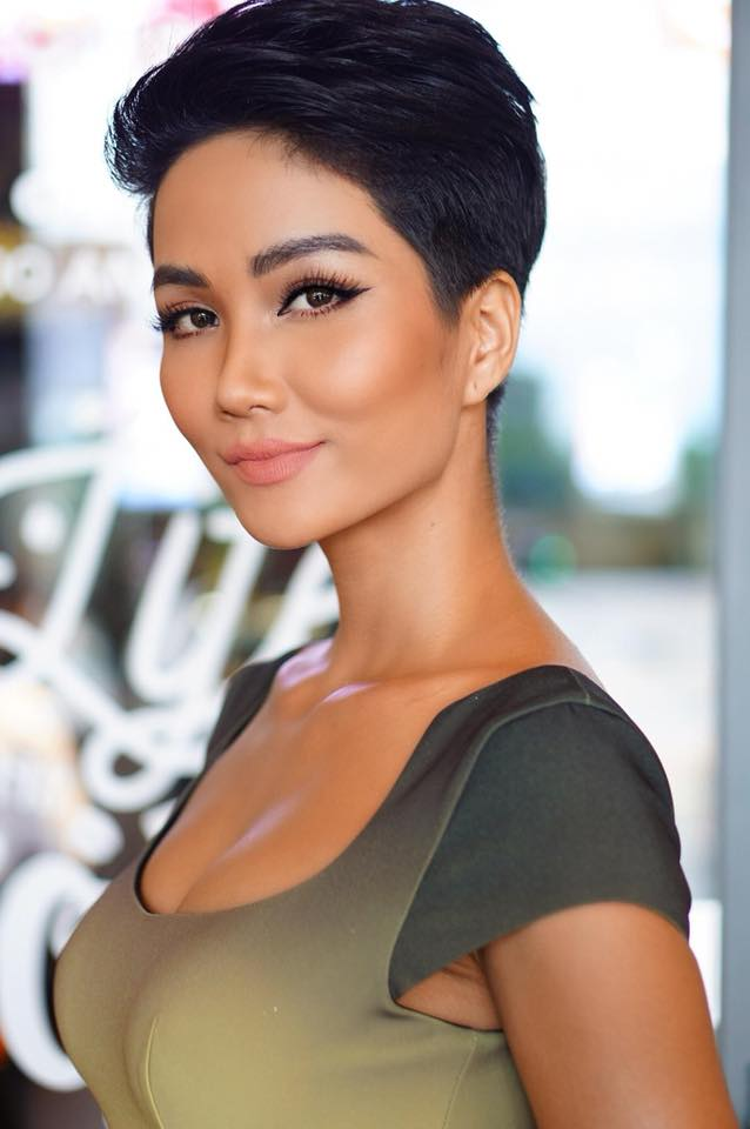 Về phía đại diện Việt Nam, cô bất ngờ được chuyên trang này xếp ở vị trí thứ 5. Trước đó trên các diễn đàn sắc đẹp quốc tế, nhiều chuyên gia, khán giả mến mộ sắc đẹp đánh giá rất cao vẻ ngoài cuốn hút của H'Hen Niê và trông chờ hình ảnh cô xuất hiện tạiMiss Universe 2018.