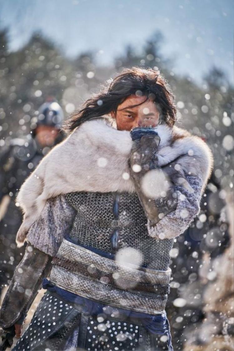 Ngoại hình cổ trang của Joo Ji Hoon khiến anh thu hút hầu hết mọi quan tâm của người xem.