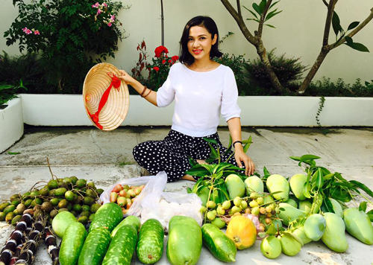 Việt Trinh rất vui vẻ, hạnh phúc với cuộc sống như một người nông dân thứ thiệt của mình.