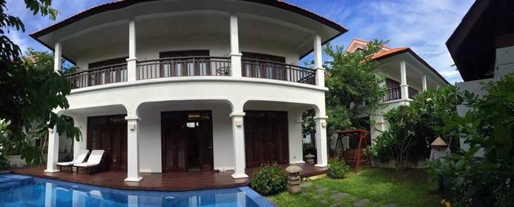 Không chọn những căn biệt thự trong phố sầm uất như nhiều sao Việt khác, người đẹp nổi tiếng làng điện ảnh Việt là Việt Trinh chọn cho mình căn biệt thự có vườn rộng ở Bình Dương.