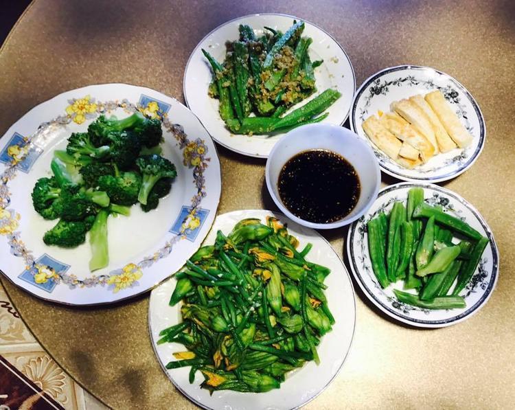 Bữa cơm gồm các loại rau hái từ vườn của Việt Trinh.