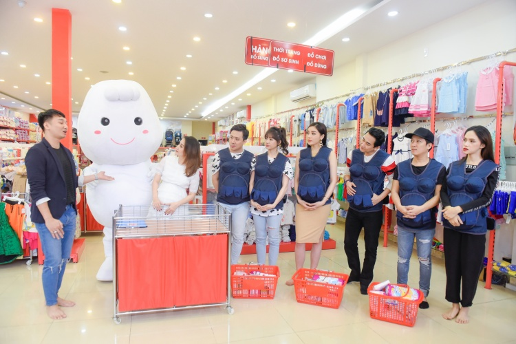 3 gia đình hồi hộp chờ đợi phần chấm điểm từ Khánh Thi với phần mua những vật dụng cần thiết trước khi sinh dành cho em bé.