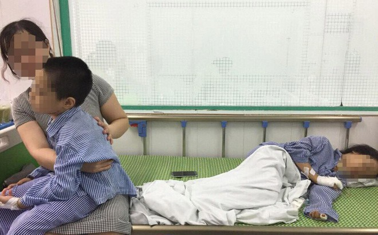 Hai cháu nhỏ bị Tú cứa cổ phải nhập viện cấp cứu.