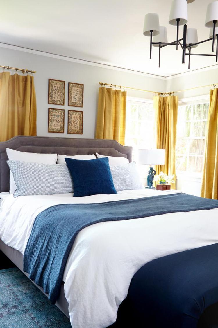 Màu xanh trong căn phòng ngủ này tới từ ga trải giường, gối và chăn. Nó được điểm xuyến giữa những màu trắng, vàng để tạo nên sự kết hợp màu sắc ấn tượng. Điểm đáng chú ý là sàn nhà cũng có màu xanh chủ đạo với họa tiết đơn giản.