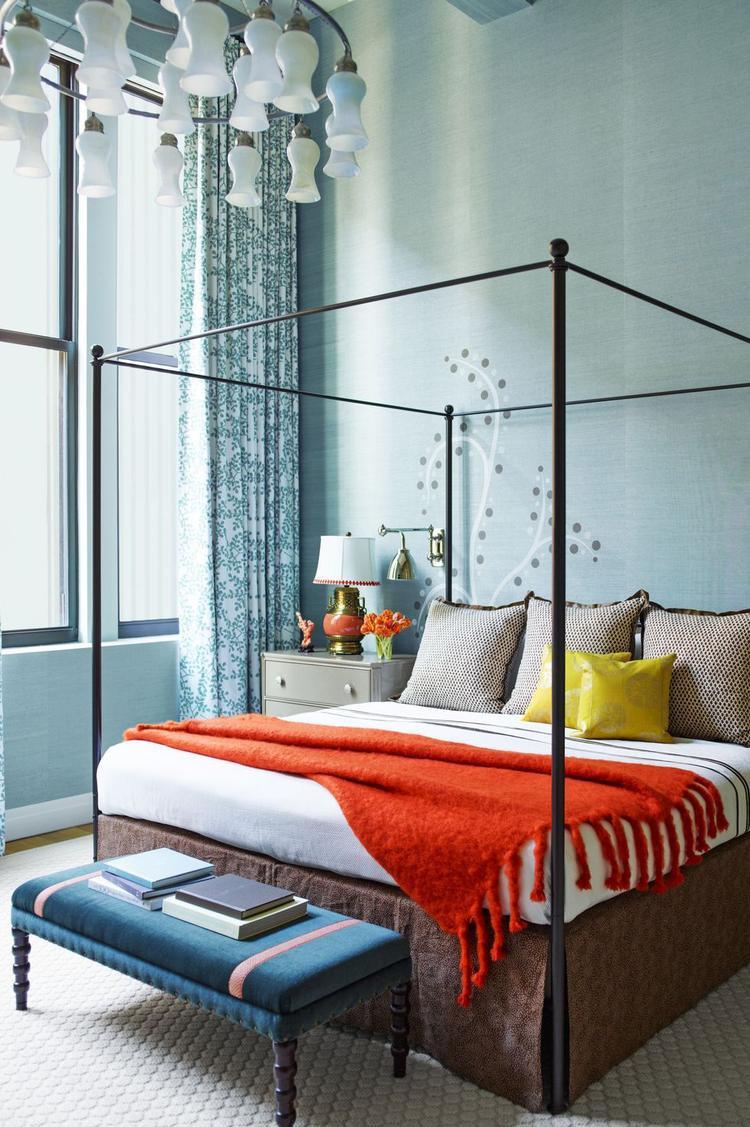 Màu xanh tràn ngập căn phòng từ sơn tường, đèn chùm cho tới ghế ngồi, rèm cửa cho bạn một không gian tươi mát.