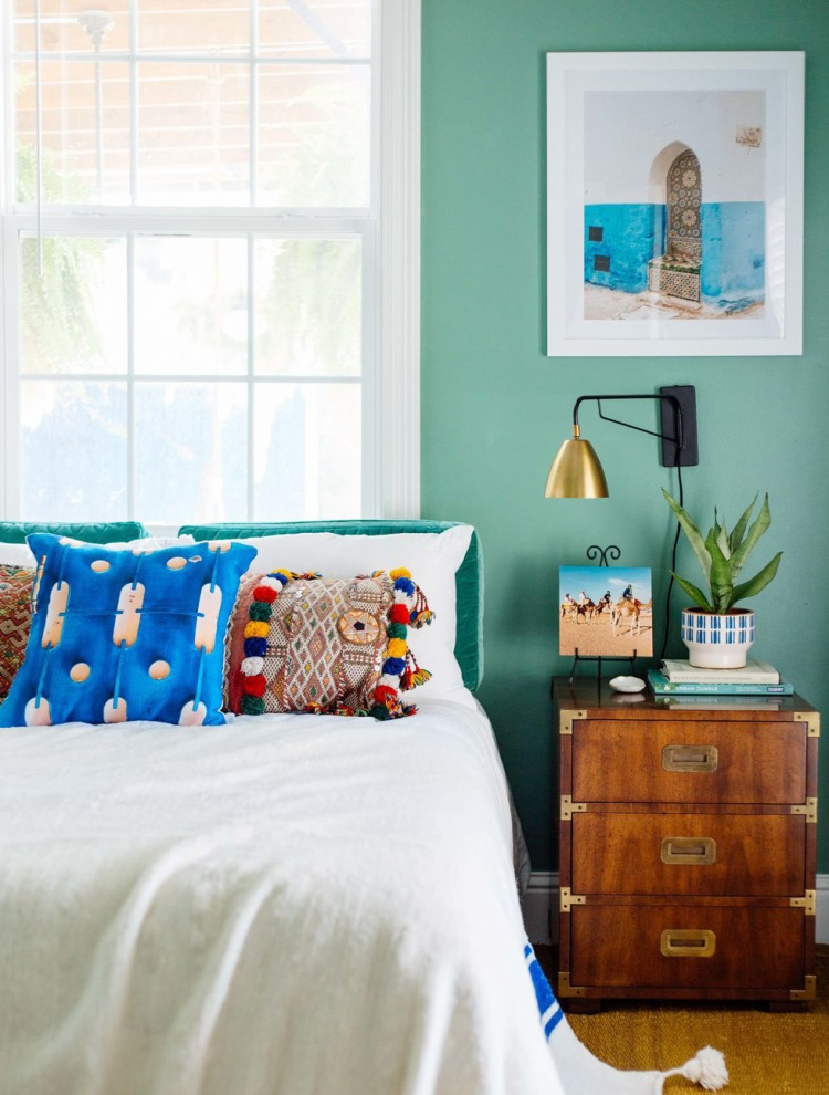 Bức tường màu xanh ngọc lam với những chiếc gối xanh dương họa tiết lạ giúp căn phòng của bạn thực sự mang phong cách rất ấn tượng.