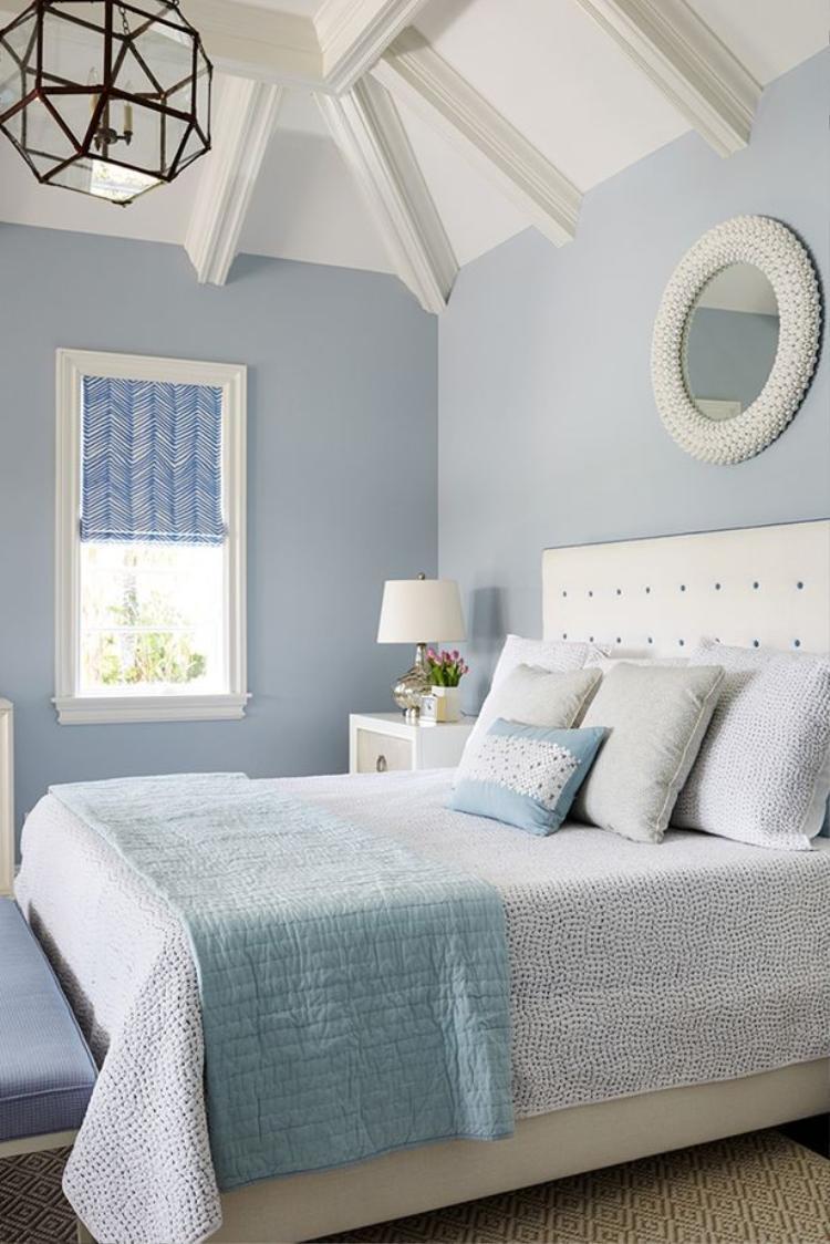 Màu xanh nhẹ dịu khiến cả căn phòng đẹp mơ màng như một bức tranh trong truyện cổ tích vậy. Chắc chắn, bạn sẽ có những giấc mơ ngọt ngào ở nơi đây.