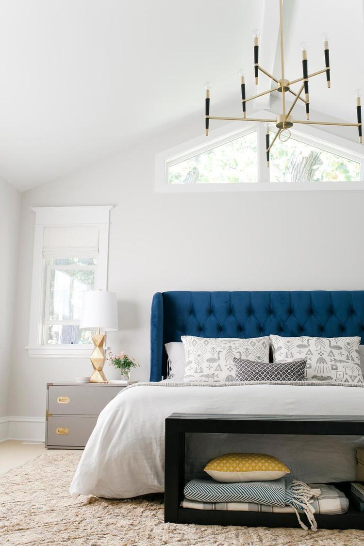 Điểm nhấn cho căn phòng này chính là phần đầu giường màu xanh. Ở giữa một không gian toàn màu trắng thì đây chính là điểm tạo nên sự nổi bật và hút ánh nhìn.