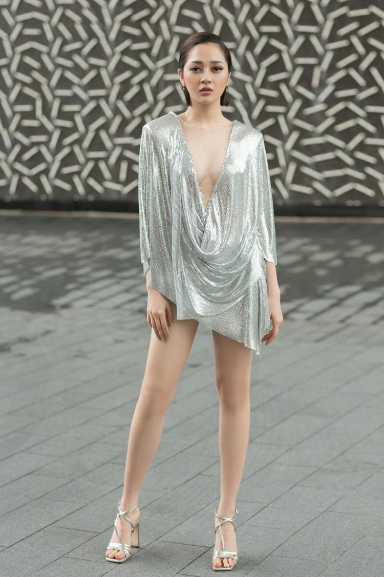 Ngoài ra, một điểm mạnh hình thể mà người đẹp thường xuyên khoe khéo chính là đôi chân dài thẳng tắp.