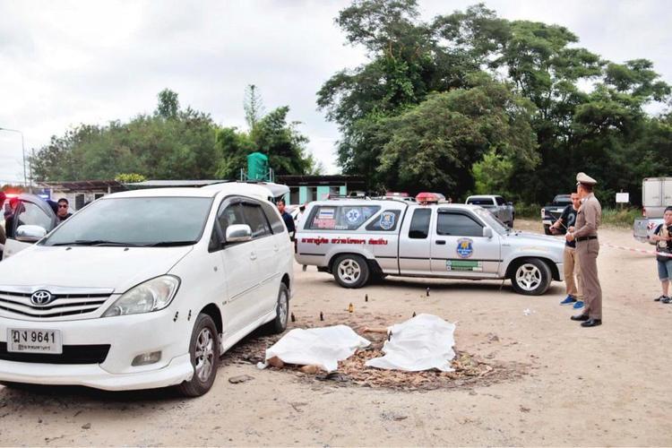 Cảnh sát phủ khăn trắng lên thi thể nạn nhân ở Chonburi, Thái Lan.