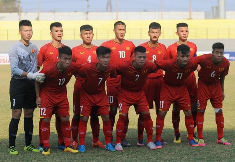 U16 Việt Nam bị dồn ép ngay từ đầu trận đấu.