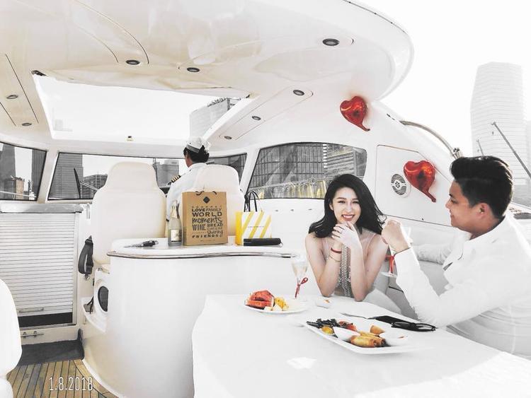 Hình ảnh ngọt ngào của cặp đôi trên du thuyền kỉ niệm 1 năm bên nhau.