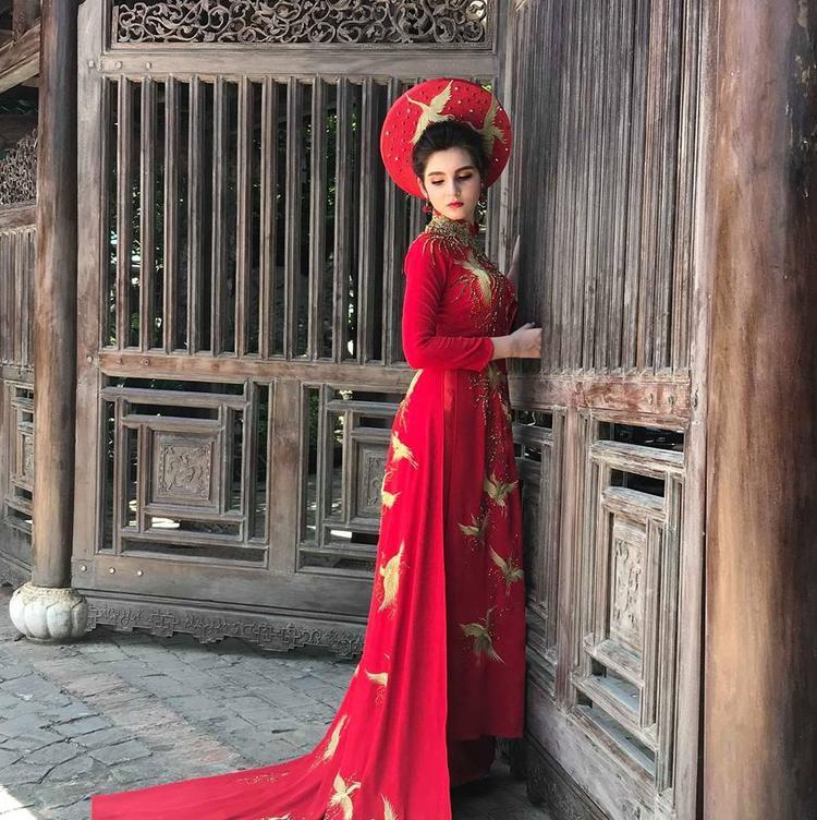 Với chiều cao 1m70, Ngọc Hằng rất duyên dáng khi diện trang phục áo dài truyền thống Việt Nam