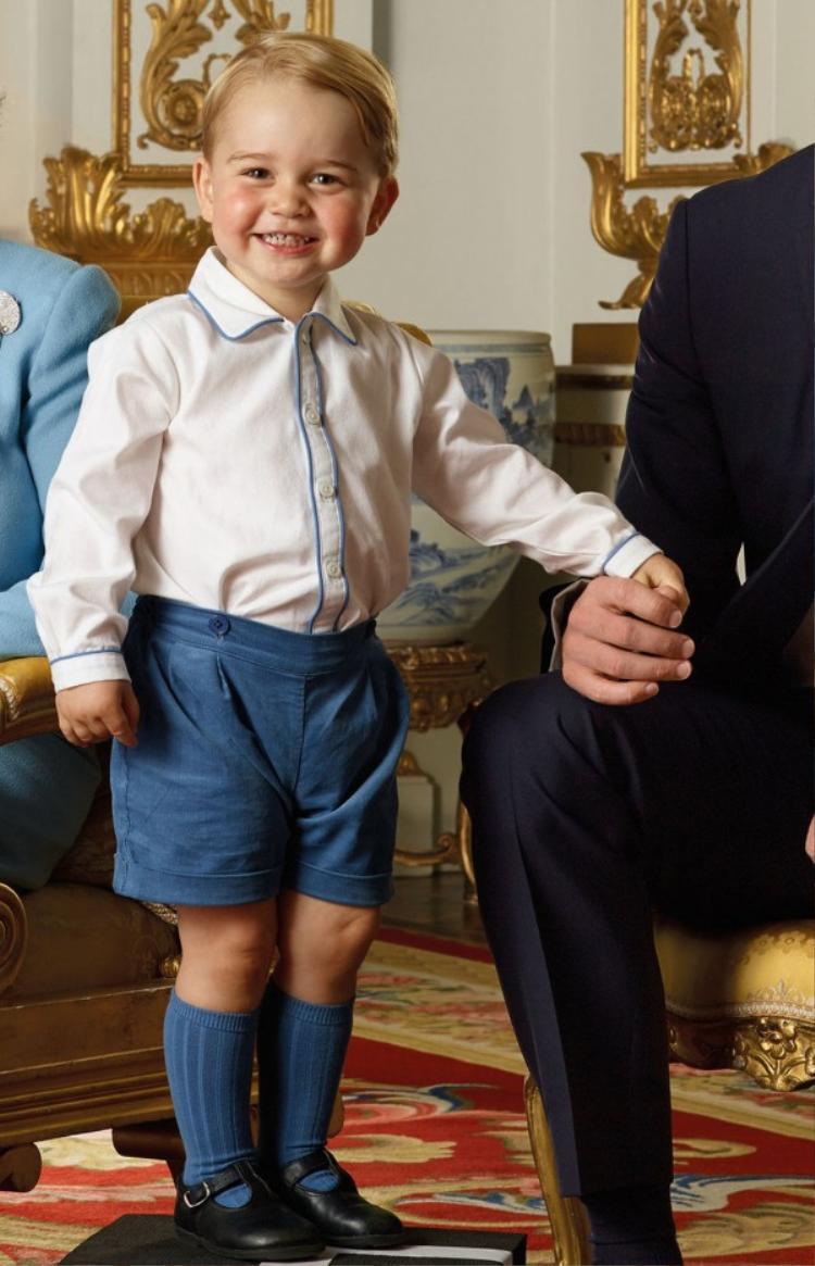 Phong cách thời trang hoàng gia Anh với quần shorts, sơ mi và cách mang tất khi đi giày.