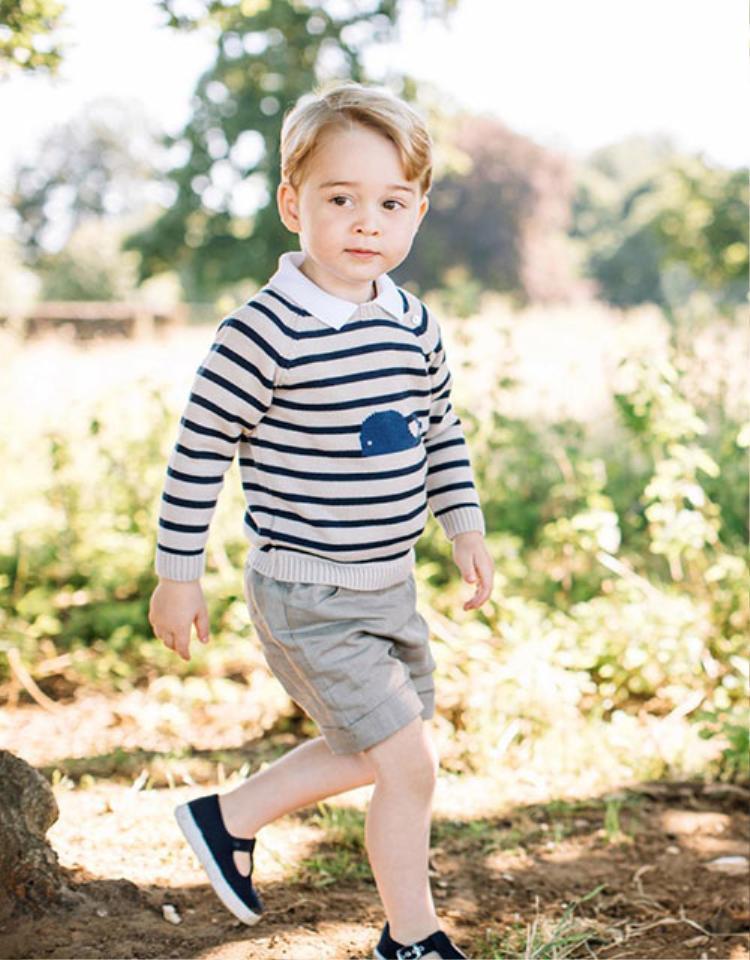 """Càng lớn hoàng tử """"nhí"""" càng đống tim với người hâm mộ nhiều hơn. Cậu diện áo len tay dài, họa tiết sọc ngang đến từ thương hiệu Pepa & Co, quần cùng hiệu bằng vải linen pha cotton thoáng mát kết hợp với áo sơ mi trắng Norfolk."""