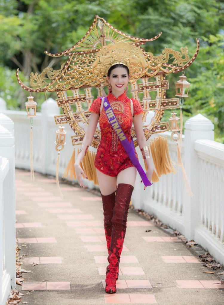 Đại diện Việt Nam tại cuộc thi là Phan Thị Mơ xuất hiện đầy tự tin và rạng rỡ khi tham gia phần thi trang phục truyền thống. Người đẹp gây ấn tượng khi lựa chọn bộ trang phục mang ý tưởng từ chùa Một Cột - di tích lịch sử nổi tiếngcủa Việt Nam. Trang phục do nhà thiết kế Ngô Mạnh Đông Đông thực hiện có tổng trọng lượng hơn 15 kg. Đại diện Việt Nam gặp nhiều khó khăn khi di chuyển, tạo dáng với phần khung hình chùa Một Cột rất nặng phía sau. Tuy vậy, màn trình diễn của cô được nhiều người tán thưởng.
