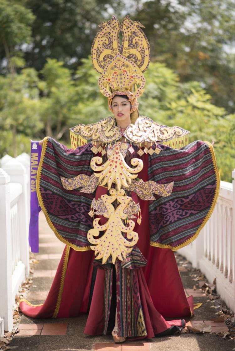 Thí sinh của Malaysia dự thi với trang phục cồng kềnh, đồ sộ.