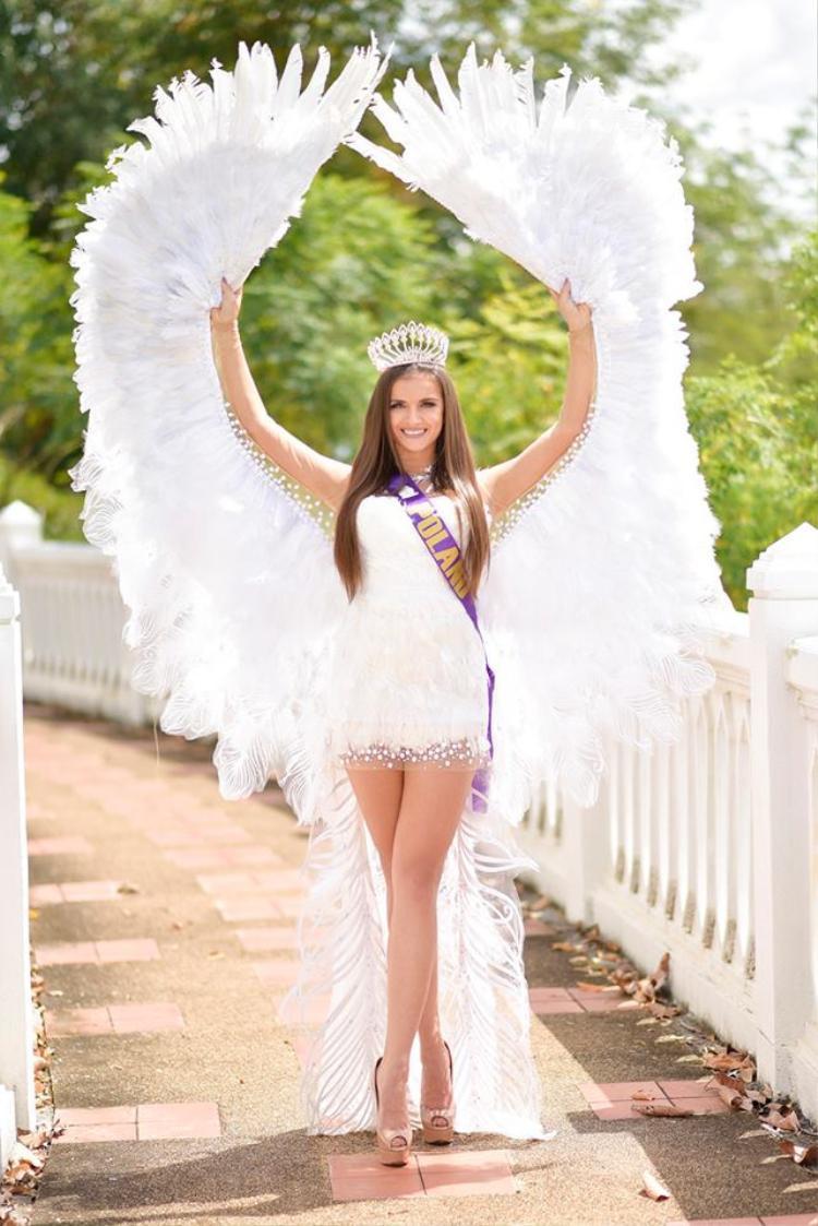 Đại diện đến từ Ba Lan gây ấn tượng với trang phục trắng muốt, đính đôi cánh khổng lồ phía sau.