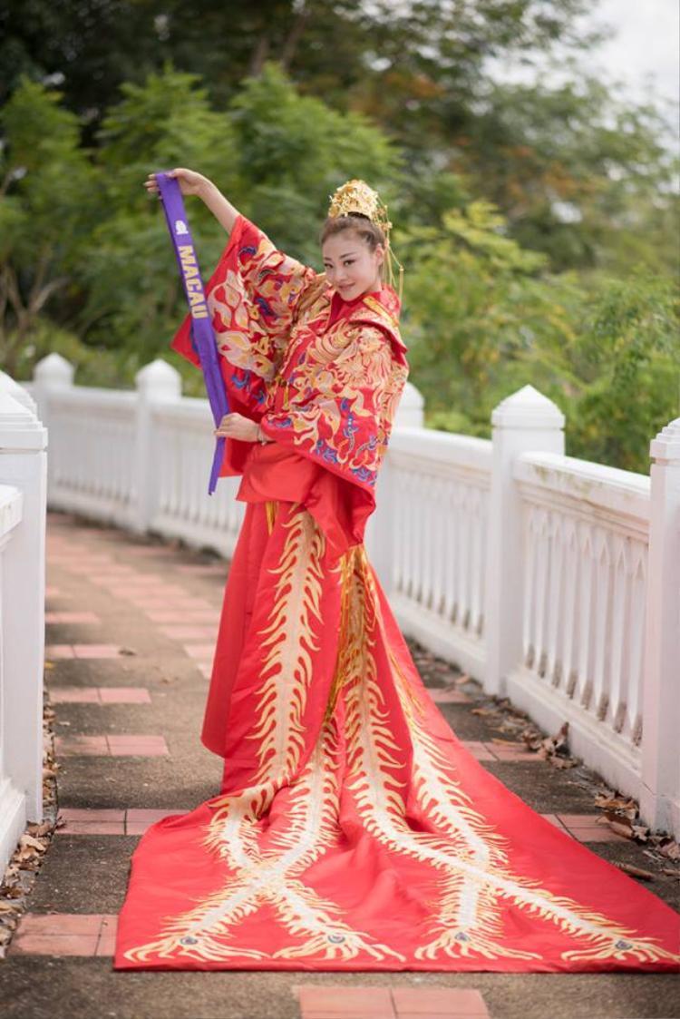 Đại diện Macau trong bộ trang phục quét sạch cả đất.