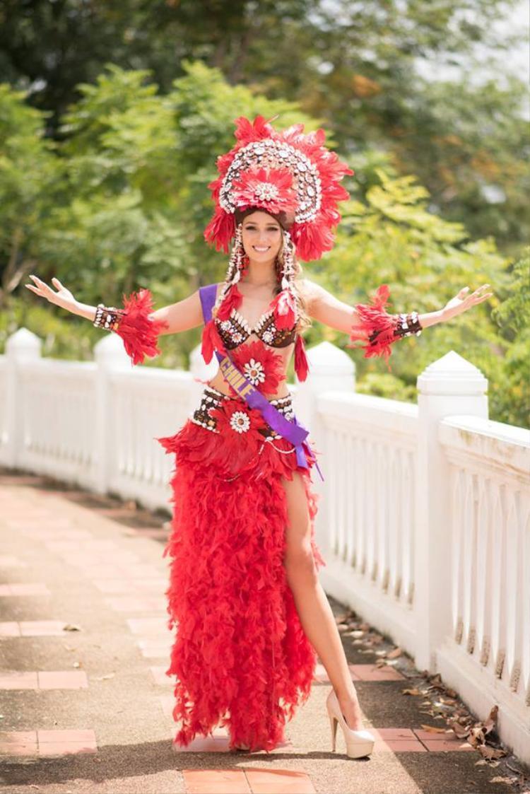 Người đẹp Chi Lê khoe hình thể gợi cảm khi diện váykếtlông vũ đỏ rực.