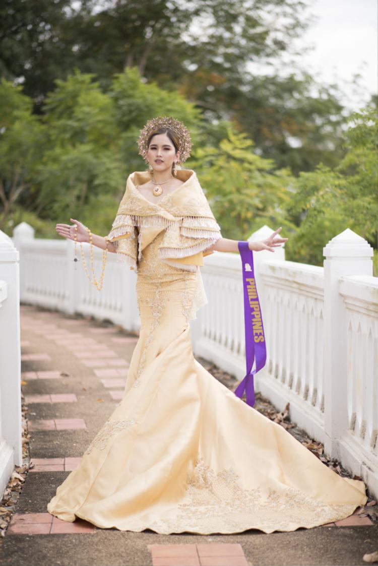 Đại diện đến từ Philippines quảng bá vẻ đẹp văn hóa quốc gia qua quốc phục thêu đính công phu, tỉ mỉ.