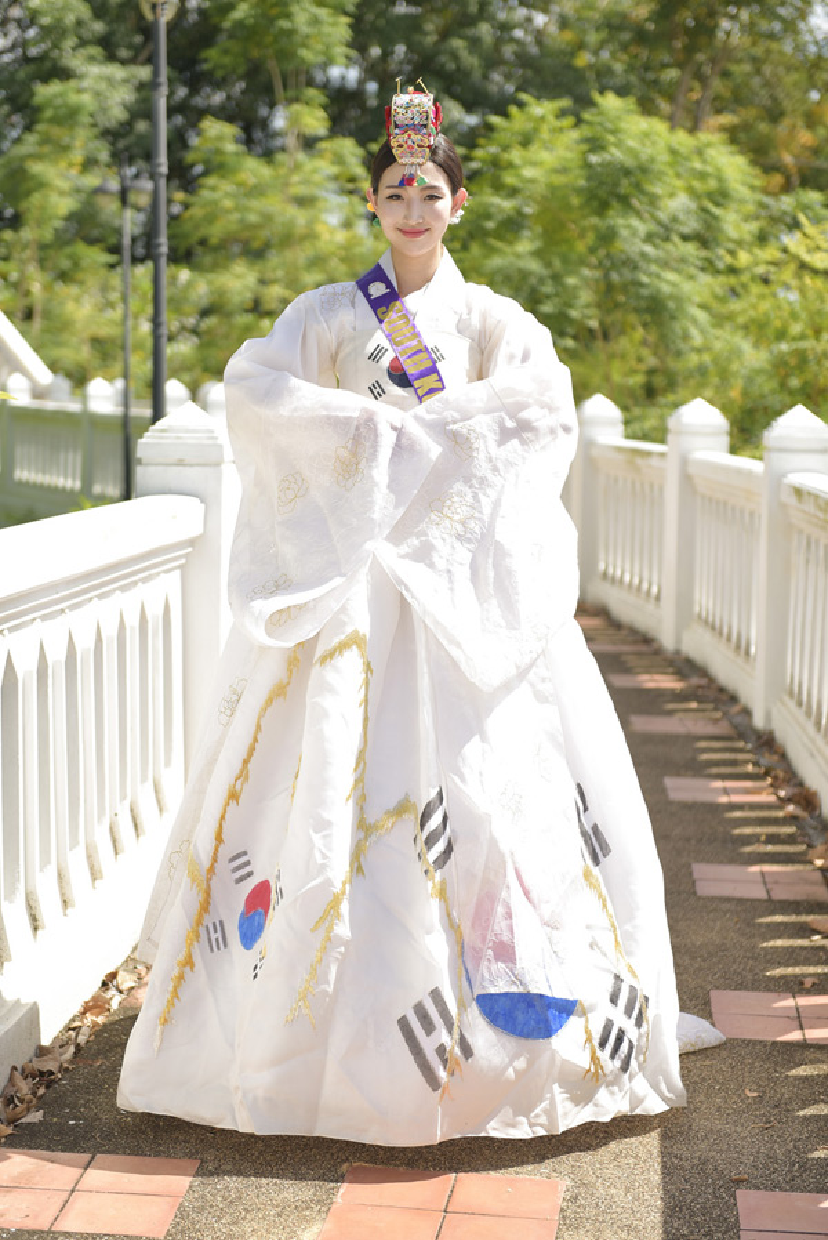 Thí sinh Hàn Quốc xúng xính trong bộ hanbok màu trắng thu hút mọi ánh nhìn.